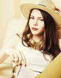 相当少妇佩带的太阳镜和夏天帽子,时尚锂 免版税库存图片