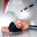 相当少妇在一个现代日光浴室 免版税库存照片