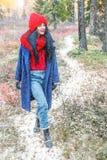 相当少妇在积雪的森林里 免版税库存照片