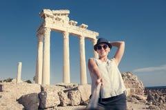 相当少妇拍在古色古香的寺庙视图的自已照片 库存图片