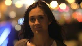相当少妇调查照相机,微笑,展示惊奇 被弄脏的城市点燃,特写镜头,缓慢的mo 股票录像