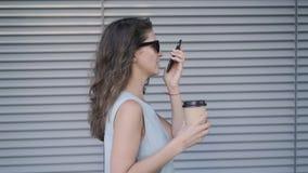 相当少妇谈话在电话,当走用咖啡去时 股票录像