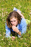 相当少年女孩的草位于 图库摄影