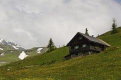 相当山的奥地利房子 免版税库存照片