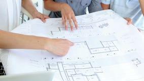 相当工作与客户的室内设计师 股票录像