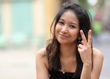 相当年轻人微笑的亚裔妇女 免版税库存图片