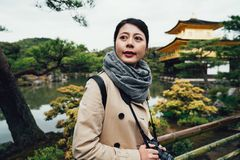 相当年轻女人获得乐趣在kinkakuji京都 库存照片