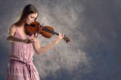 相当弹小提琴的年轻小提琴手 库存照片
