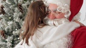 相当当前有圣诞节礼物的小女孩圣诞老人 免版税库存照片