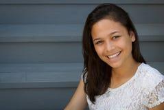 相当微笑的十几岁的女孩 免版税库存照片
