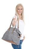 相当微笑的年轻人隔绝了有做星期四的购物袋的妇女 库存照片