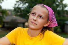 相当想法的青少年的女孩 免版税库存图片