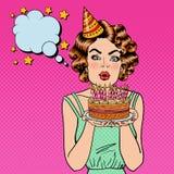 相当愉快的在生日蛋糕和做愿望的女孩吹的蜡烛 流行艺术 向量例证