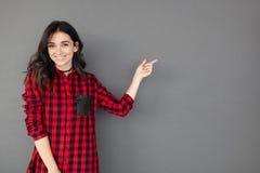 相当打手势与手指的快乐的妇女 免版税图库摄影
