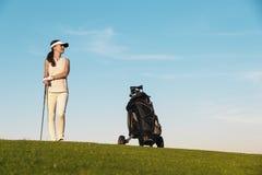 相当打高尔夫球的少妇 库存图片