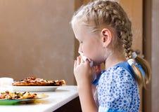 相当抹她的嘴的小女孩与餐巾 免版税库存照片