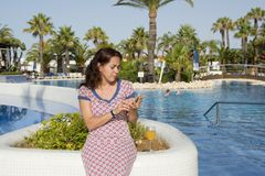 相当拉丁妇女哀伤在她巧妙的电话在度假 免版税图库摄影