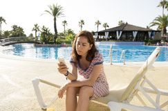 相当拉丁妇女哀伤在她巧妙的电话在度假 免版税库存图片