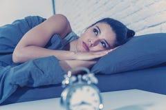 相当拉丁妇女能在失眠概念的` t睡眠 免版税库存照片