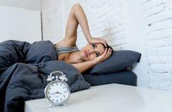相当拉丁妇女能在失眠概念的` t睡眠 免版税库存图片