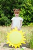 相当摆在与纸太阳的红发女孩 图库摄影
