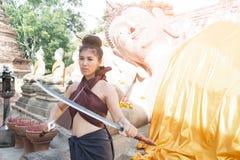 相当摆在泰国古老战士的亚裔妇女穿戴 免版税库存照片
