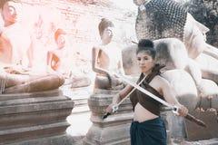 相当摆在泰国古老战士的亚裔妇女穿戴 图库摄影