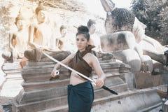 相当摆在泰国古老战士的亚裔妇女穿戴 免版税库存图片