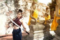 相当摆在泰国古老战士的亚裔妇女穿戴 库存图片
