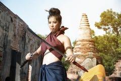 相当摆在泰国古老战士的亚裔妇女穿戴 免版税图库摄影