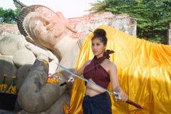 相当摆在泰国古老战士的亚裔妇女穿戴 库存照片