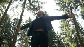 相当放松在木森林里的十几岁的女孩敬佩享用自然的秀丽和的纯净远足自由和新鲜空 影视素材