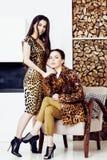 相当时尚礼服的时髦的妇女有豹子印刷品togethe的 免版税图库摄影