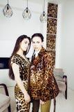 相当时尚礼服的时髦的妇女有豹子印刷品togethe的 免版税库存图片