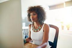 相当时髦的年轻非裔美国人的妇女 免版税库存照片
