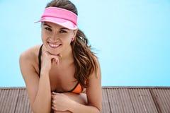 相当明亮的夏天比基尼泳装的少妇在水池附近 免版税图库摄影