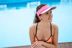 相当明亮的夏天比基尼泳装的少妇在水池附近 免版税库存照片