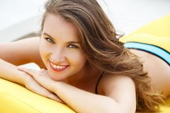 相当明亮的夏天比基尼泳装的少妇在海滩懒人 库存图片