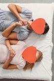 相当显示他们的感觉的爱恋的夫妇 免版税库存图片