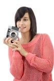 相当有一台古色古香的照相机的年轻深色的妇女 库存照片