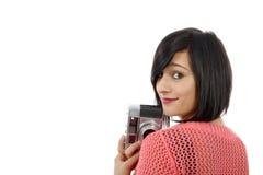 相当有一台古色古香的照相机的年轻深色的妇女 免版税库存照片
