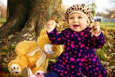 相当有书和她的女用连杉衬裤熊的小女孩 免版税库存照片