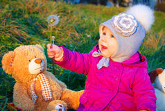 相当有书和她的女用连杉衬裤熊的小女孩 库存照片