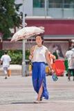 相当有伞的中国女孩当太阳阻碍,昆明,中国 库存图片