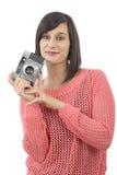 相当有古色古香的照相机的年轻深色的妇女 库存照片