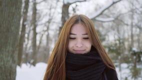 相当有吸引力的女孩纵向 驱动乐趣爬犁冬天 步行露天 股票录像