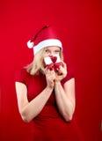 相当有圣诞节礼物的白肤金发的妇女 免版税库存图片