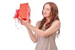 相当有大礼物的红发妇女 库存图片