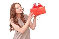 相当有大礼物的红发妇女 免版税库存图片