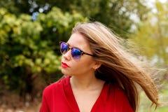 相当有太阳镜的白肤金发的女孩 库存图片